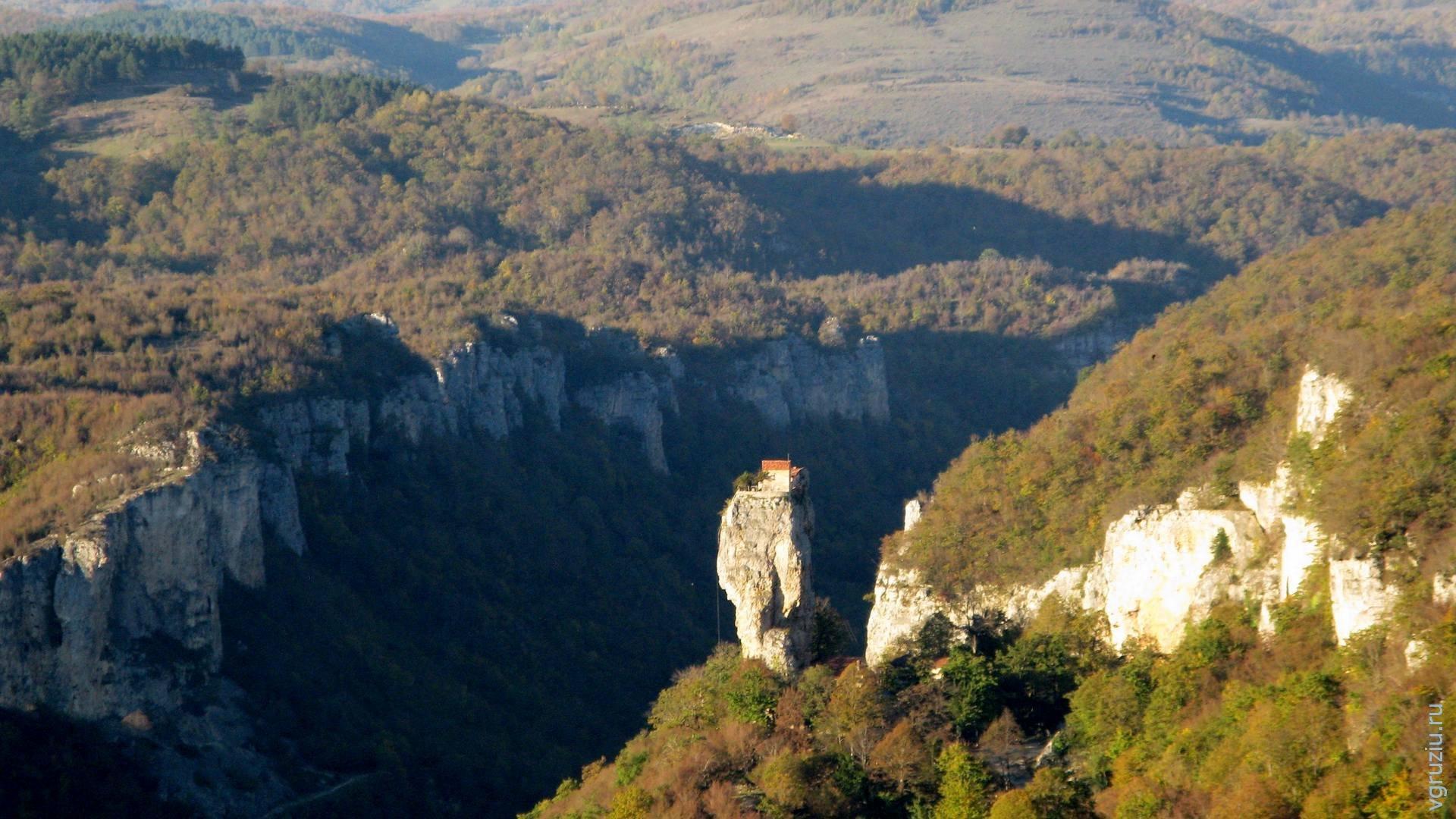 Кацхи, Храм на скальном пальце.